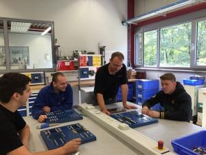 Ausbilder Markus Gola mit einer Gruppe Elektroniker für Betriebstechnik